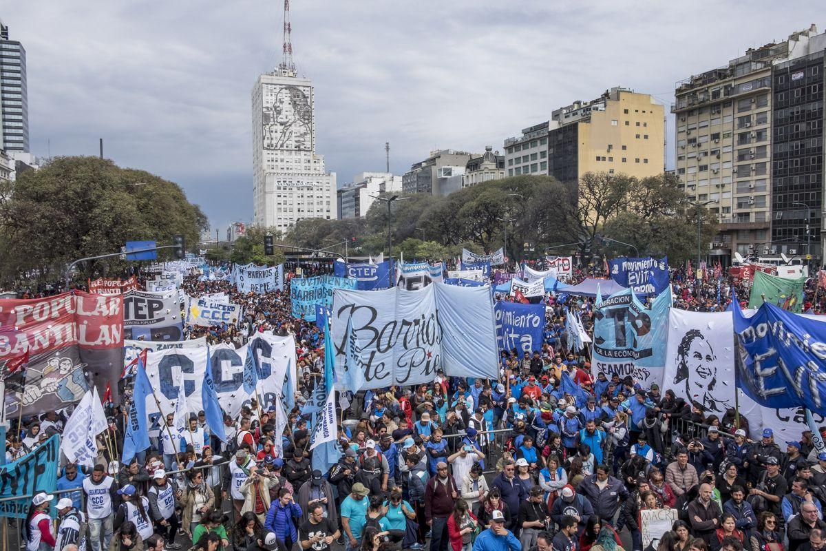 Masivas protestas y ollas populares contra el ajuste | VA CON FIRMA